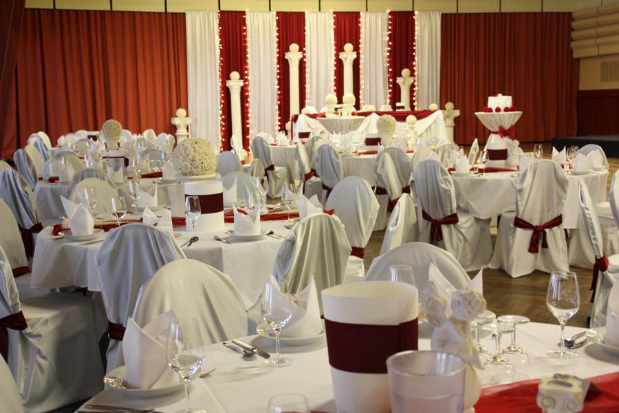 Hochzeitsdeko Bordeaux & Rot